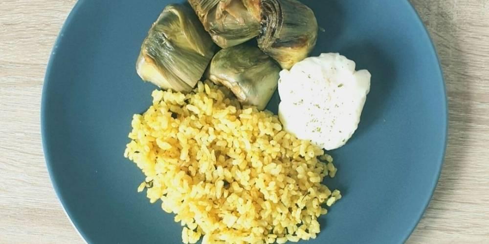 Alcachofas confitadas con arroz especiado y huevo receta