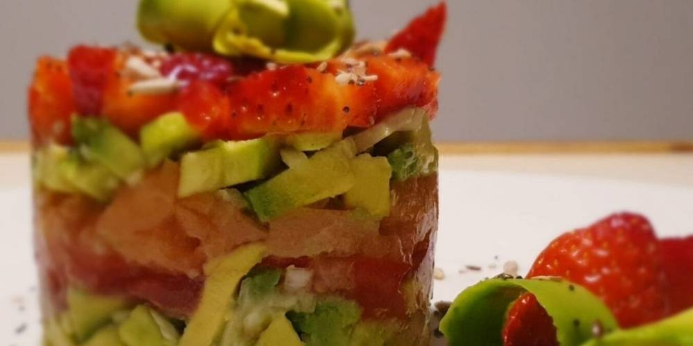 Tartar de aguacate, salmón y fresas receta